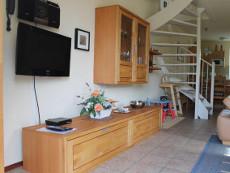 woonkamer met flatscreen televisie, radio met I-pod/USB-ingang en een CD-speler